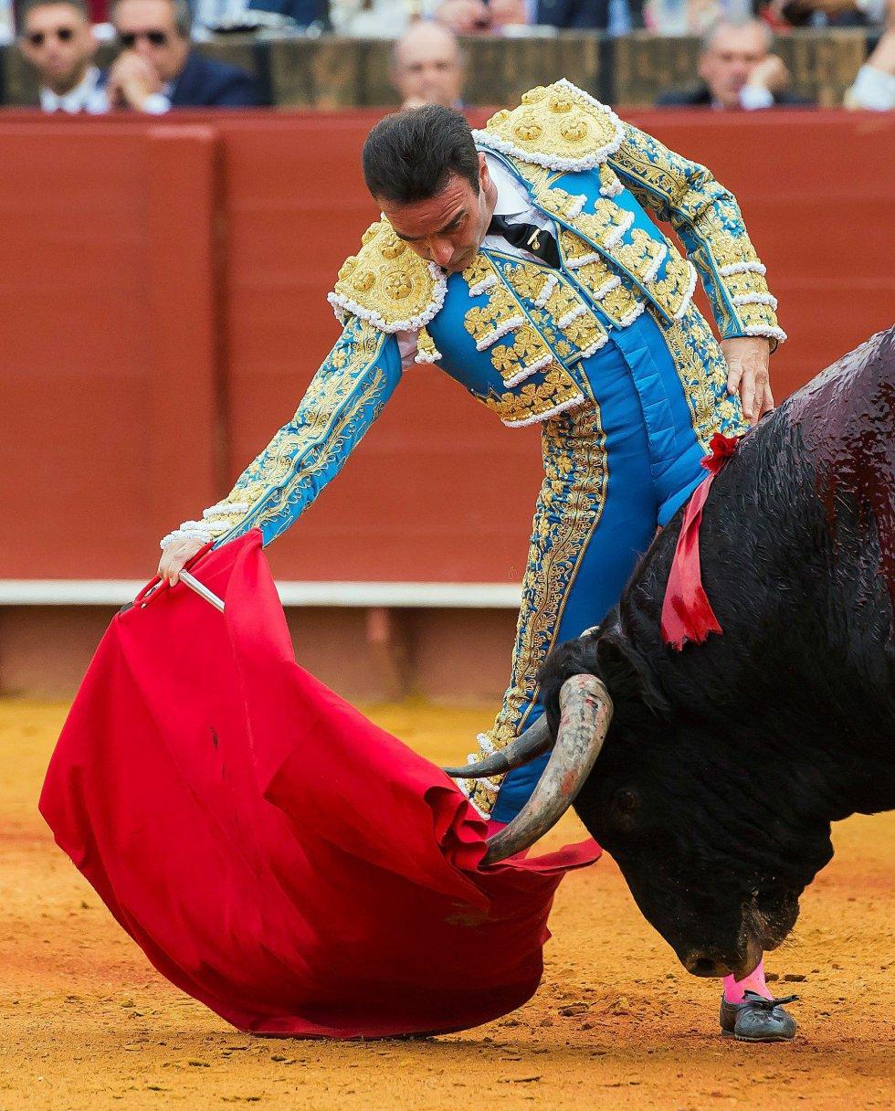 GRAF8438. SEVILLA, 20/04/2018.- El diestro Enrique Ponce en su primer toro de la tarde de la duodécima corrida de abono de la Feria de Abril, esta tarde en la Plaza de la Maestranza, en Sevilla. EFE/Raúl Caro.