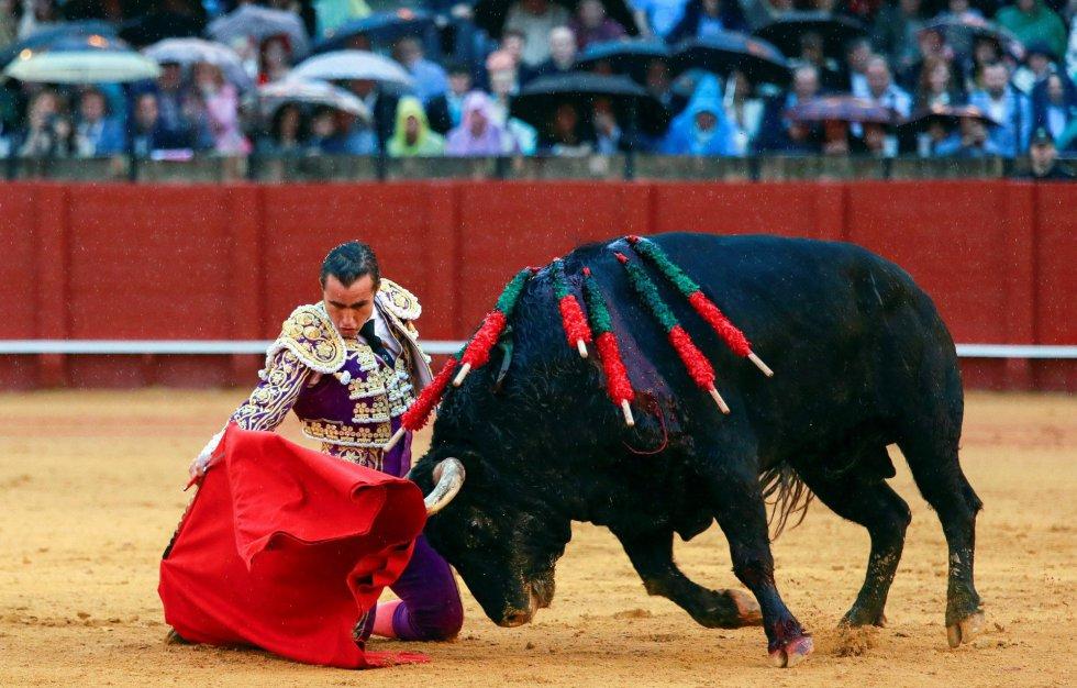 """GRAF9349. SEVILLA, 21/04/2018.- El torero David Fandila """"El Fandi"""" en la faena con la muleta a su segundo toro, en la decimotercera corrida de abono de la Feria de Abril, hoy en la Real Maestranza de Sevilla. EFE/Julio Muñoz"""