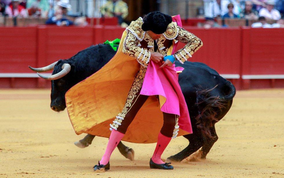 """GRAF9332. SEVILLA, 21/04/2018.- El diestro Manuel Jesús """"El Cid"""" en la faena con el capote a su primer toro, de la ganadería de Fuente Ymbro, en la decimotercera corrida de abono de la Feria de Abril, hoy en la Real Maestranza de Sevilla. EFE/Julio Muñoz"""