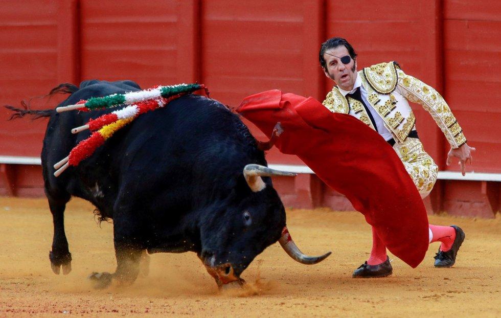 GRAF9319. SEVILLA, 21/04/2018.- El torero Juan José Padilla en la faena con la muleta a su segundo toro, de la ganadería de Fuente Ymbro, en la decimotercera corrida de abono de la Feria de Abril, esta tarde en la Real Maestranza de Sevilla. EFE/Julio Muñoz