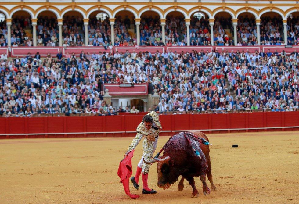 GRAF9320. SEVILLA, 21/04/2018.- El torero Juan José Padilla en la faena con la muleta a su segundo toro, de la ganadería de Fuente Ymbro, en la decimotercera corrida de abono de la Feria de Abril, esta tarde en la Real Maestranza de Sevilla. EFE/Julio Muñoz