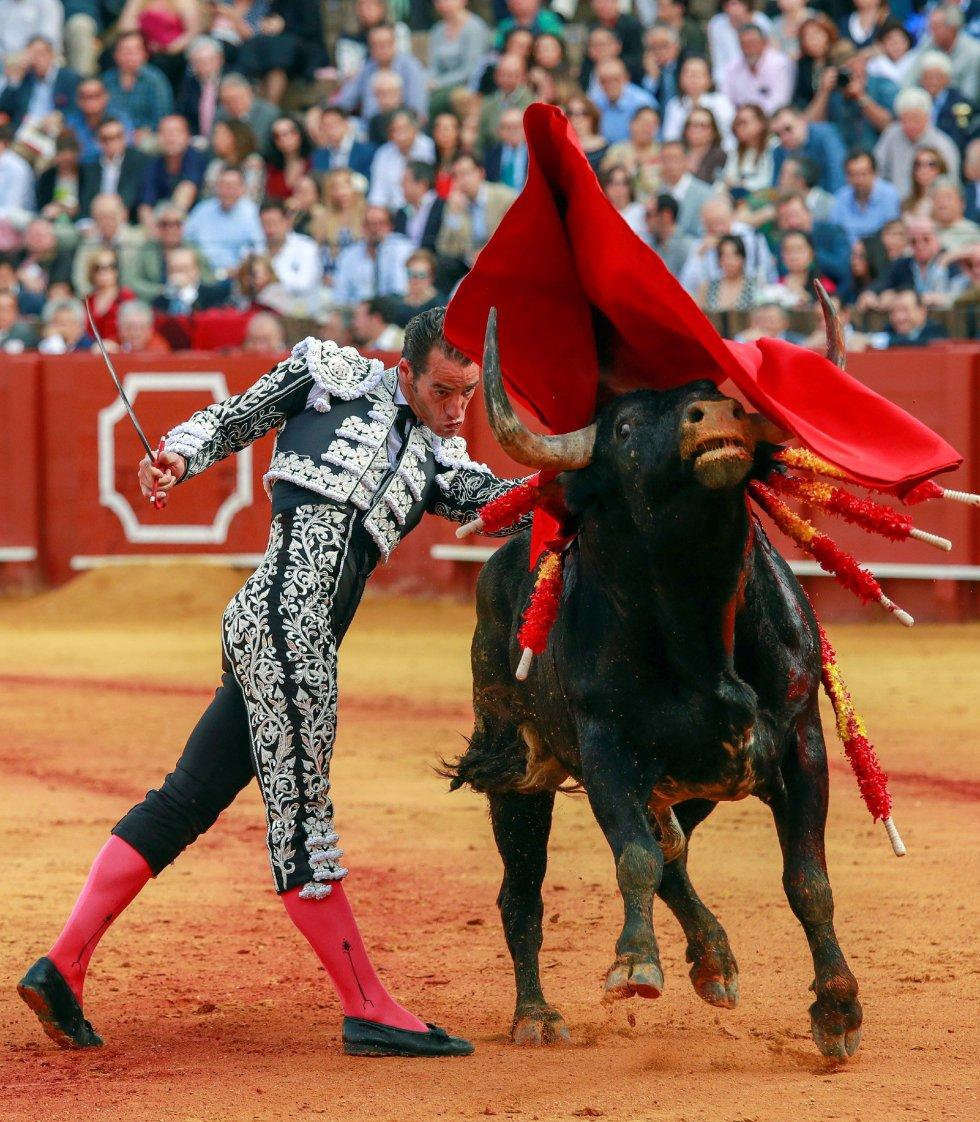 GRAF158. SEVILLA 22/04/2018,- El torero Pepe Moral en la faena con la muleta a su primer toro, de la ganadería de Miura, al que cortó una oreja en la decimocuarta corrida de abono de la Feria de Abril esta tarde en la Real Maestranza de Sevilla EFE/Julio Muñoz