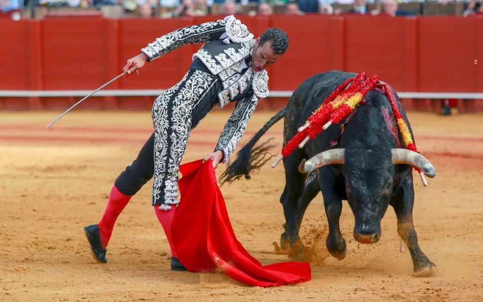 GRAF150. SEVILLA, 22/04/2018.- El torero Pepe Moral en la faena con la muleta a su primer toro, de la ganadería de Miura, al que cortó una oreja, en la decimocuarta corrida de abono de la Feria de Abril, esta tarde en la Real Maestranza de Sevilla. EFE/Julio Muñoz