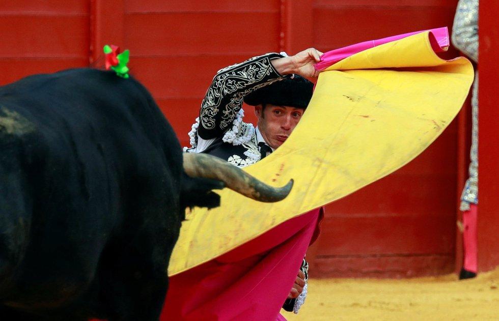 GRAF151. SEVILLA, 22/04/2018.- El torero Pepe Moral en la faena con la capote a su segundo toro, de la ganadería de Miura, al que cortó su segunda oreja, en la decimocuarta corrida de abono de la Feria de Abril, esta tarde en la Real Maestranza de Sevilla. EFE/Julio Muñoz