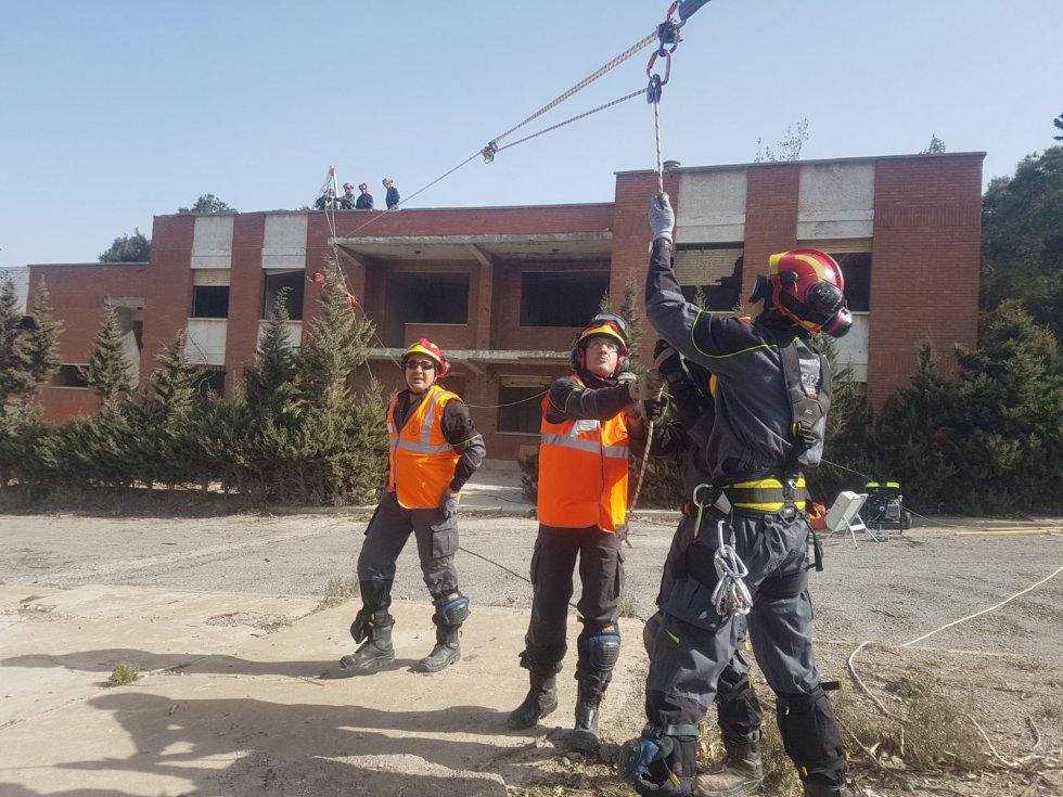 Bomberos simulando un rescate en el Hospital Santa Lucía