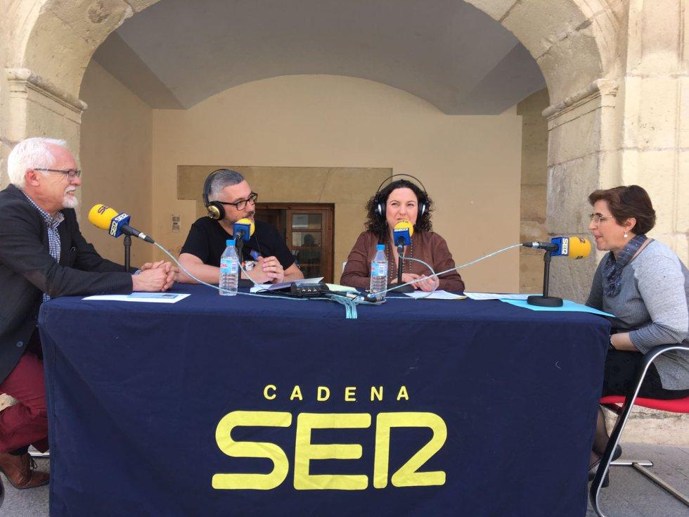 """Victoria Ruiz Riquelme, vicepresidenta de la Unión Musical """"Santa Cruz"""" y Ezequiel Alonso, alcalde de Abanilla"""