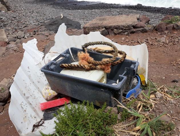 Restos de basura localizados en la costa en la Punta del Hidalgo, en Tenerife.