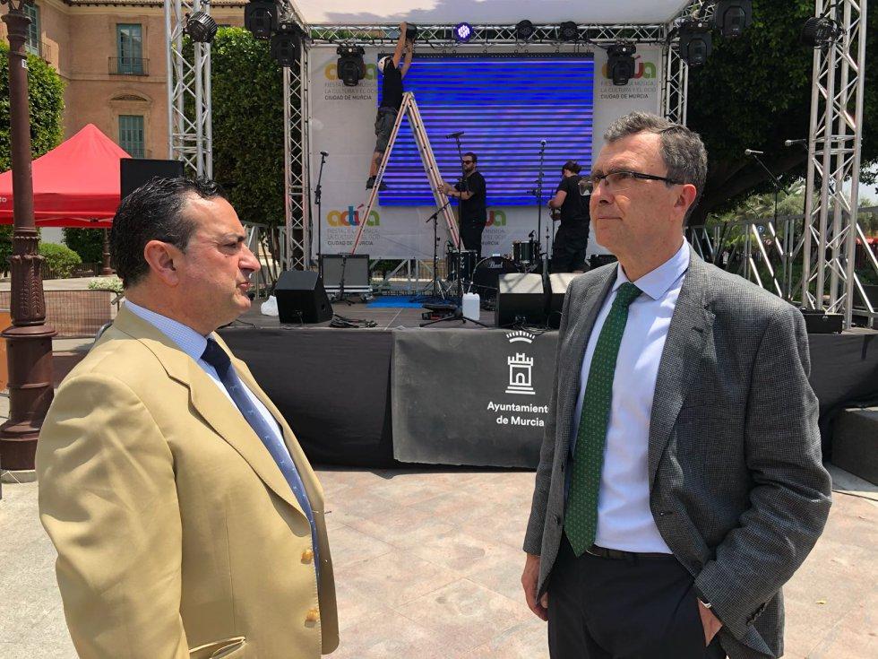 Domingo Camacho, Director de la Cadena SER en la Región de Murcia, y José Ballesta, alcalde de Murcia, supervisan los últimos preparativos de Actúa Murcia 2018