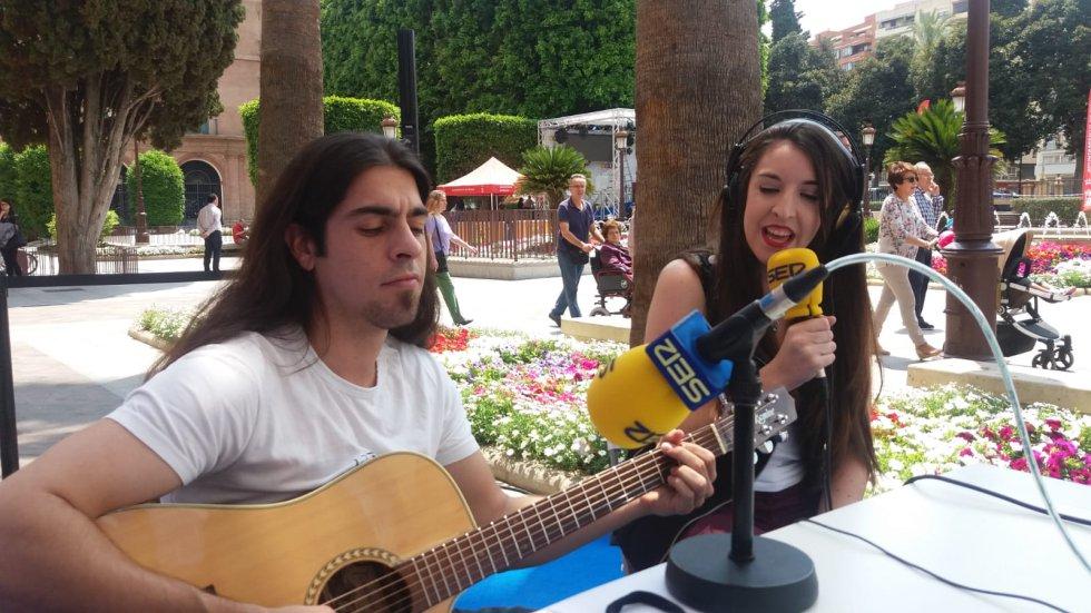 """La cantante Lidia Martín, una de las voces de Actúa Murcia 2018,  interpreta en directo su nuevo single """"Fácil"""" en  Hoy por Hoy Región de Murcia"""