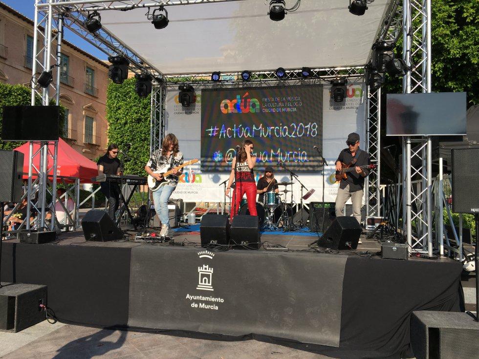 La banda Bea Navarro y la Logia Virtual en plena actuación