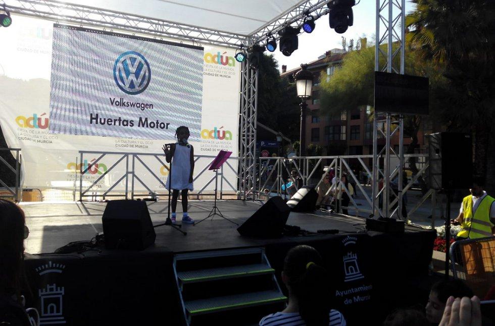 Una pequeña promesa de la música, que con 8 años se ha subido al escenario: Hana Picazo.