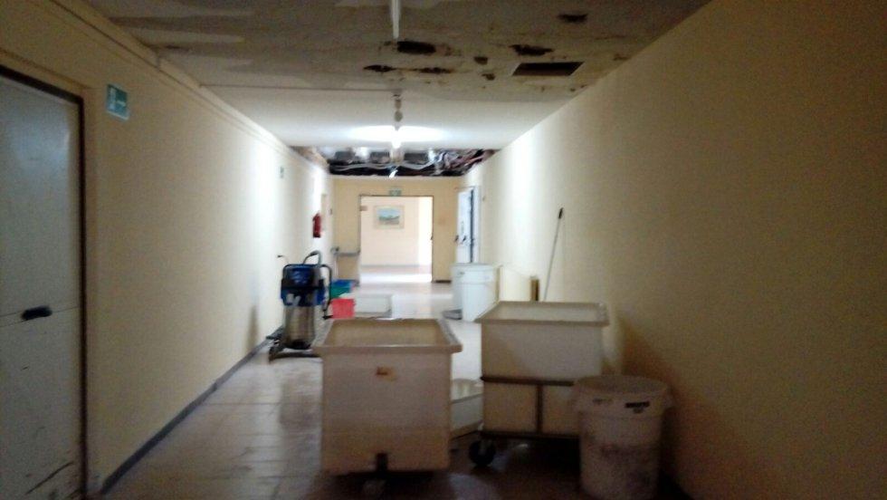 Las lluvias de los últimos días han provocado que parte del techo ceda y que las humedades se extiendan por pasillos y habitaciones.
