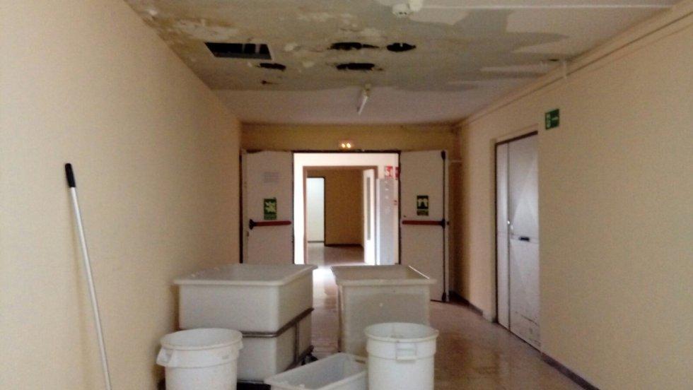 Nos contaban que durante el fin de semana, que llovió con fuerza, los trabajadores tuvieron que parar de trabajar para ponerse a recoger agua. Tuvieron que colocar las bañeras con las que recogen la ropa en la lavandería o cubos de la cocina.