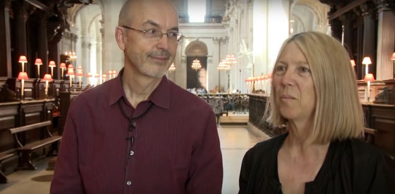 Bill Viola y Kira Perov en la catedral de St. Paul, en Londres, en 2014, durante la exposición de Martyrs (Earth, Air, Fire, Water)