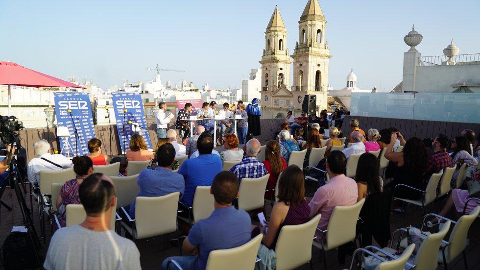 Las torres de la Iglesia de San Antonio asisten a la final del Doctorado Honoris Cádiz desde la azotea de la Fundación Cajasol