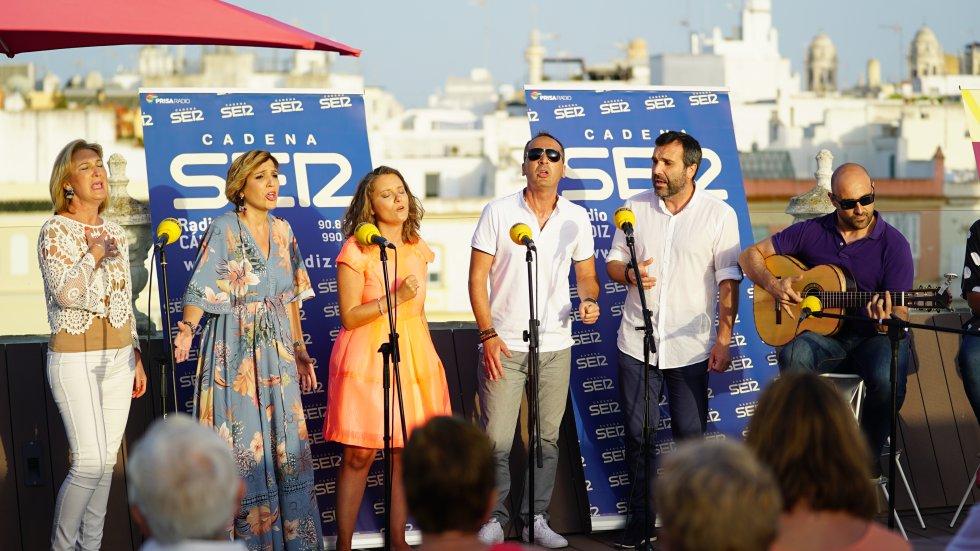 Los maravillosas voces de los hermanos Brihuega y Amanda Real cantaron, junto a la guitarra de Sergio Carrillo, un pasodoblde de Voces dedicado a la peña Nuestra Andalucía