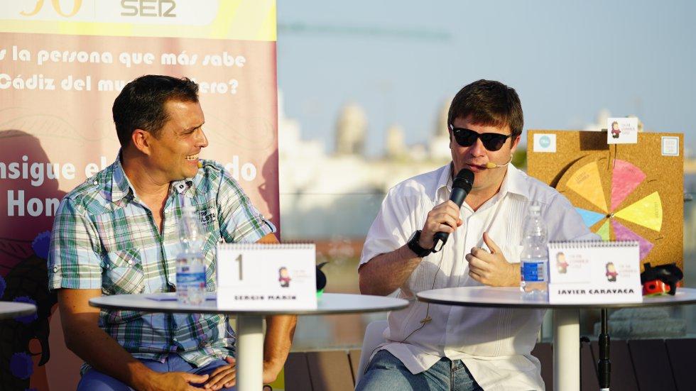 Sergio Marín, con camisa de cuadros, y Javier Caravaca, con guayabera blanca, en un momento de la final, durante la prueba de la ruleta del Doctorado Honoris Cádiz