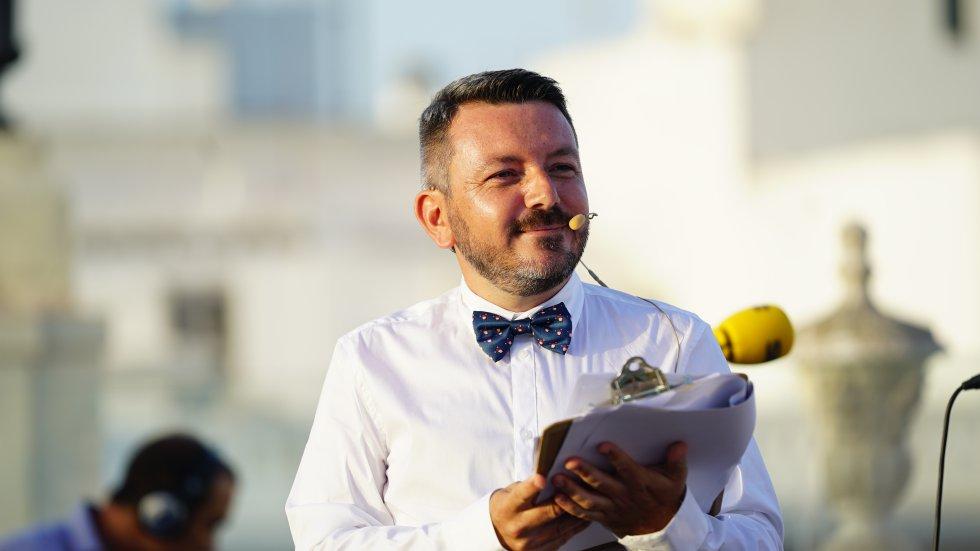 Pedro Espinosa sonríe a los concursantes en el arranque de la final del Doctorado Honoris Cádiz, que remataba aquí su tercera temporada
