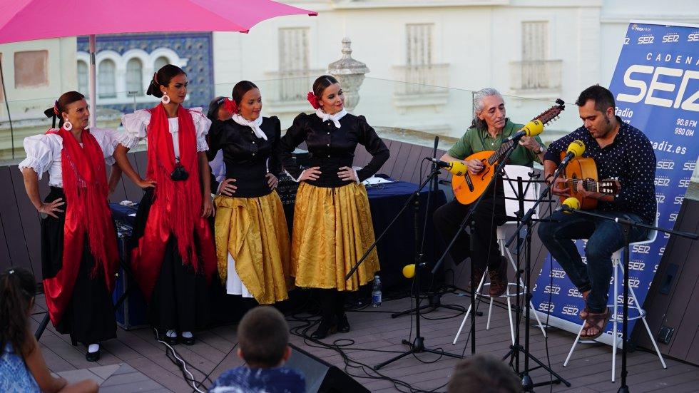 El doctor honoris Cádiz 2017, Javier García, presentó su propia prueba y cantó al grupo de danzas Adolfo de Castro, en una demostración de su talento