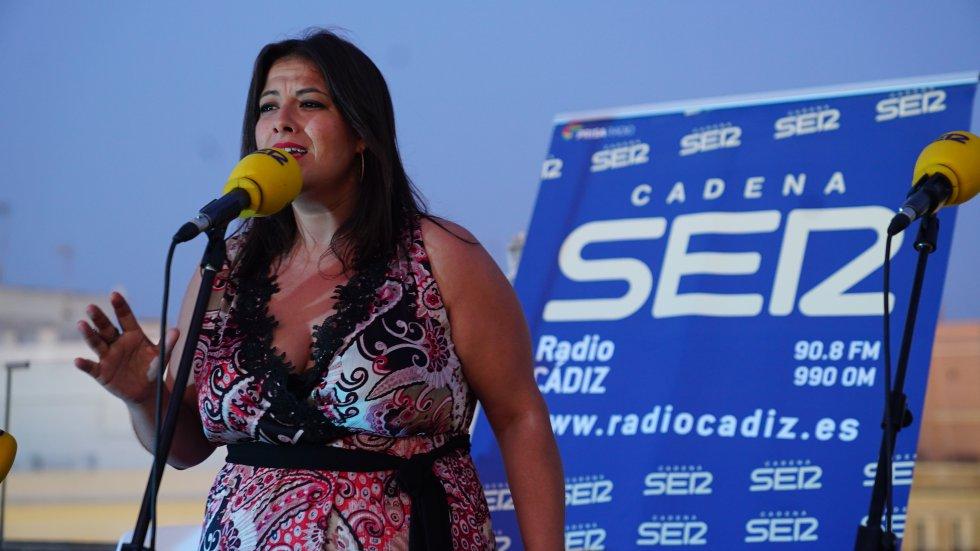 Milián Oneto cantó para el público en uno de los momentos más emotivos  de la final del Doctorado Honoris Cádiz