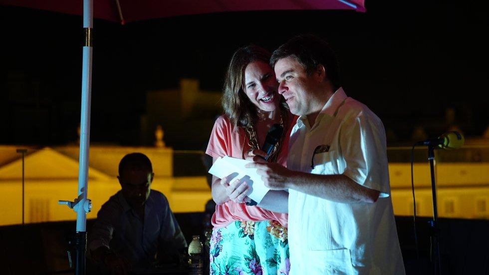 La directora de Radio Cádiz, Lourdes Acosta, lee junto al tercer clasificado, Javier Caravaca, su listado de premios