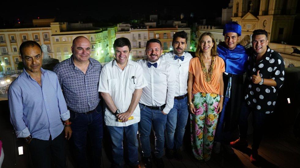 El equipo de Radio Cádiz y los concursantes, junto a David Navarro, posan en la azotea de la Fundación Cajasol