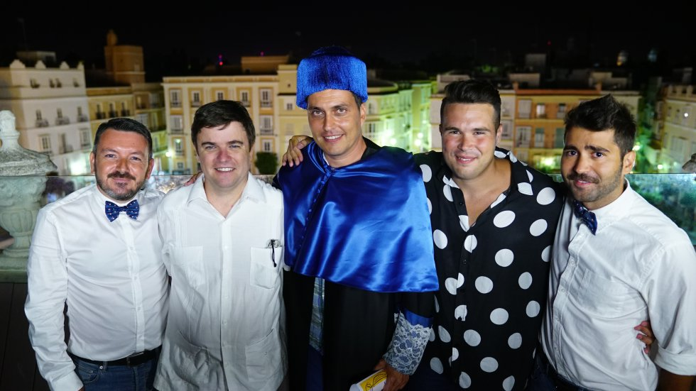 Pedro Espinosa y Edu Marín, presentadores del Doctorado Honoris Cádiz, posan junto a los tres finalistas con vistas a la plaza de San Antonio