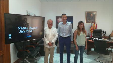 Ramón González, presidente de la Cofradía de los Santos Patronos, junto a Rubén Alfaro, alcalde de Elda, y Laura Rizo, concejala de Fiestas