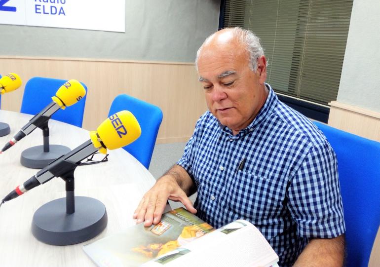 Ramón González, Presidente de la Cofradía de los Santos Patronos de Elda, disfrutando de la revista Fiestas Mayores 2018 en el estudio de Radio Elda