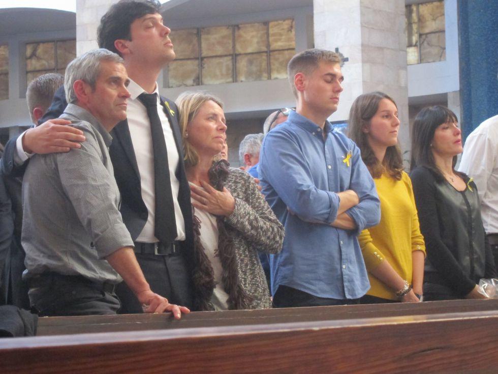 Familiares de Celia Barquín en el funeral.