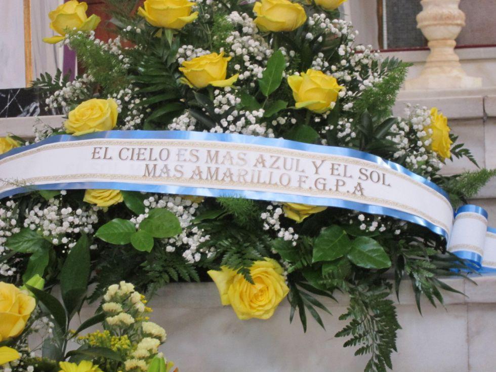 Detalle de una de las coronas de flores.