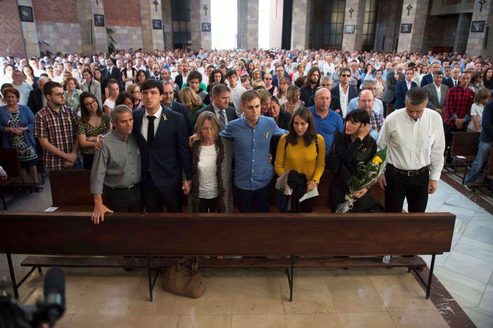 El hermano de Celia Barquín, Andres Barquin, junto a los padres de Celia Barquín, Marcos Barquín, y Miriam Arozamena, y el novio, Carlos Negrín, durante el funeral de la golfista.