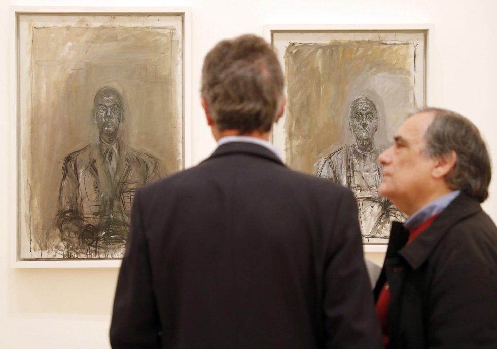 """GRAF9293. BILBAO, 18/10/2018.- Dos hombres observan las obras """"Busto de hombre"""" y """"Rita"""", del artista, Giacometti, durante la presentación de la exposición """"Alberto Giacometti. Retrospectiva"""", una exhaustiva muestra de más de 200 esculturas, pinturas y dibujos de Alberto Giacometti (1901-1966), uno de los artistas más influyentes del siglo XX, a lo largo de 40 años de producción artística. EFE/Luis Tejido"""