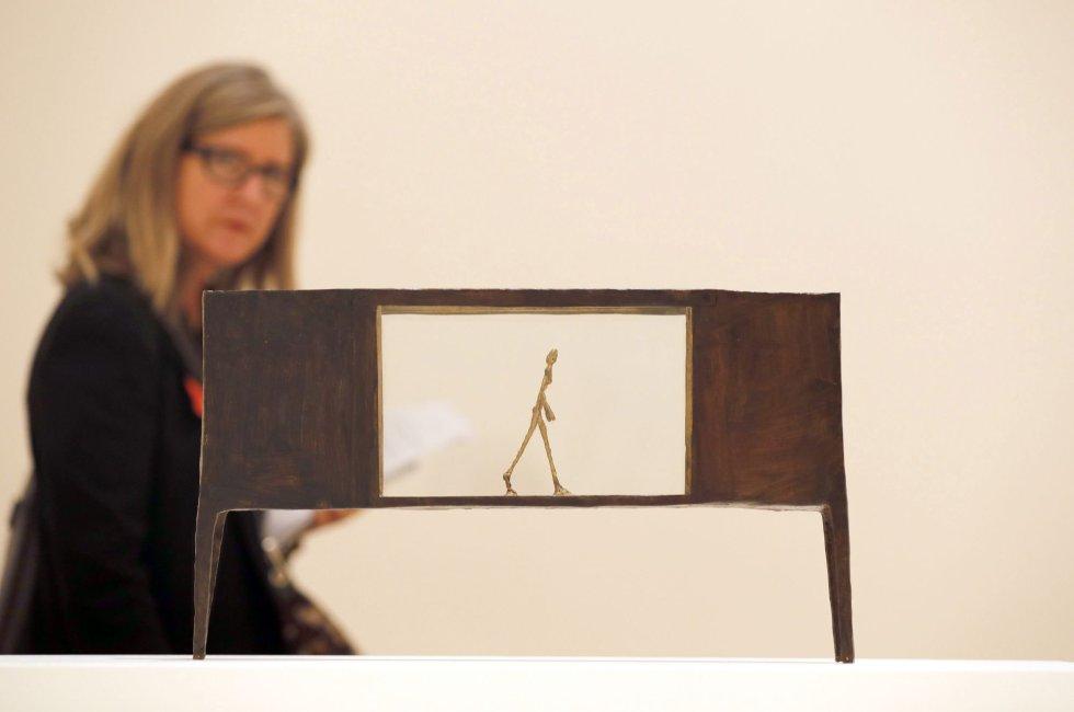 """GRAF9266. BILBAO, 19/11/2013.- La escultura de bronce pintado, """"Figurita entre dos casas"""", del artista, Giacometti, en el Museo Guggenheim Bilbao, durante la presentación de """"Alberto Giacometti. Retrospectiva"""", una exhaustiva exposición de más de 200 esculturas, pinturas y dibujos de Alberto Giacometti (1901-1966), uno de los artistas más influyentes del siglo XX, a lo largo de 40 años de producción artística. EFE/Luis Tejido."""