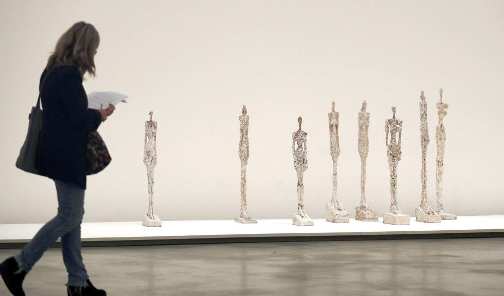 """GRAF9263. BILBAO, 19/11/2013.- Las esculturas de yeso y yeso pintado, """"Mujeres de Venecia"""", del artista, Giacometti, en el Museo Guggenheim Bilbao, durante la presentación de """"Alberto Giacometti. Retrospectiva"""", una exhaustiva exposición de más de 200 esculturas, pinturas y dibujos de Alberto Giacometti (1901-1966), uno de los artistas más influyentes del siglo XX, a lo largo de 40 años de producción artística. EFE/Luis Tejido."""