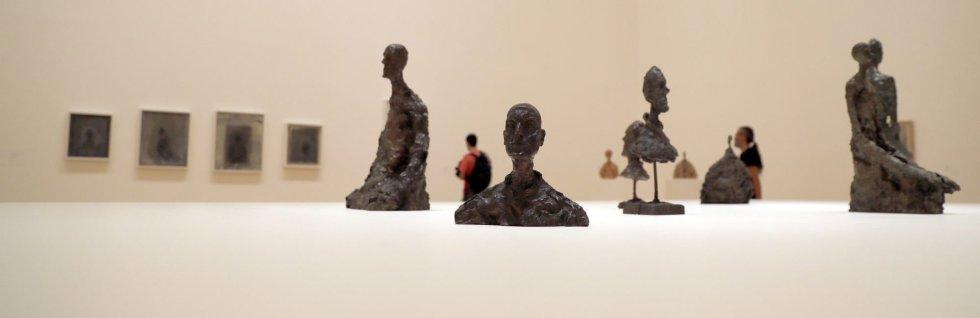 """GRAF9251. BILBAO, 19/11/2013.- Varias esculturas y cuadros en el Museo Guggenheim Bilbao durante la presentación de """"Alberto Giacometti. Retrospectiva"""", una exhaustiva exposición de más de 200 esculturas, pinturas y dibujos de Alberto Giacometti (1901-1966), uno de los artistas más influyentes del siglo XX, a lo largo de 40 años de producción artística. EFE/Luis Tejido."""