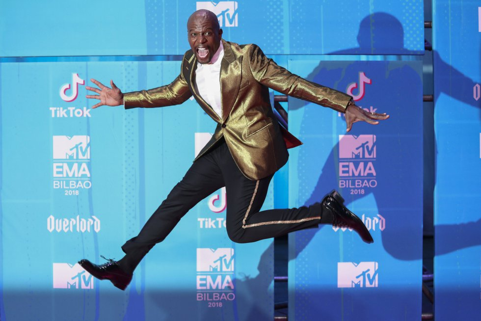 Actor Terry Crews leaps as he arrives at the 2018 MTV Europe Music Awards at Bilbao Exhibition Centre in Bilbao, Spain, November 4, 2018. REUTERS/Sergio Perez    TPX IMAGES OF THE DAY