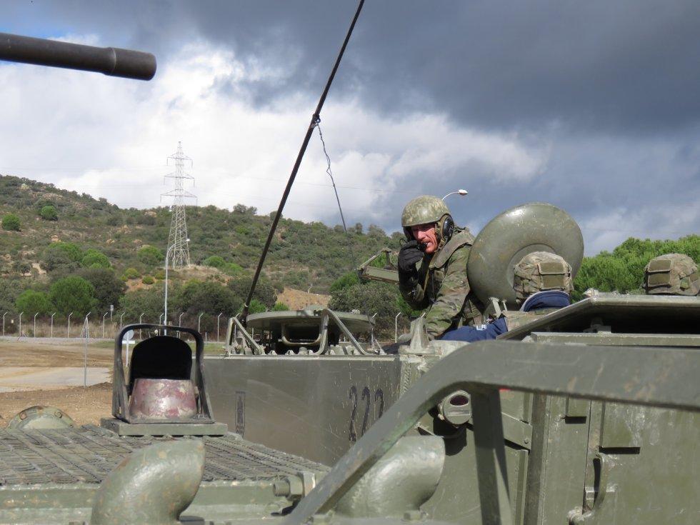 Personal militar de la base manejando uno de los vehículos de transporte