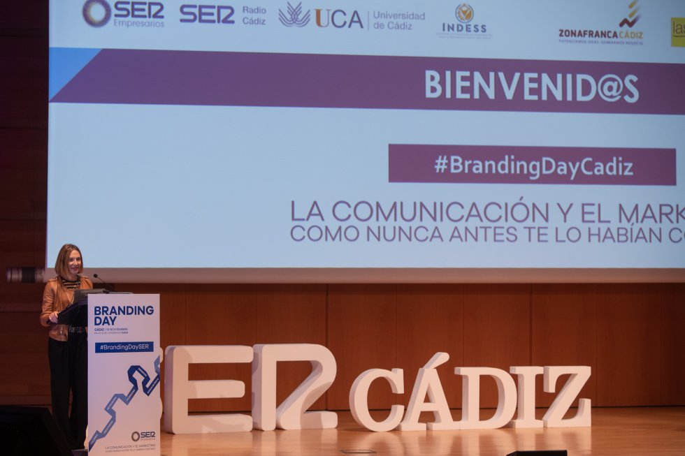 La directora del grupo de emisoras de la SER en Cádiz, Lourdes Acosta, inaugura la jornada