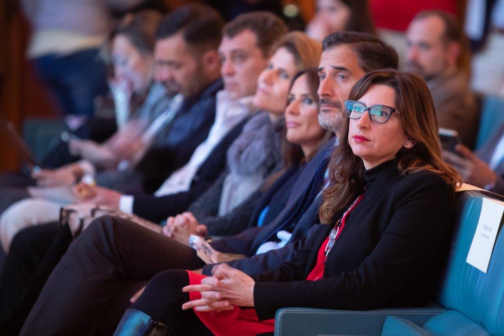 Victoria Rodriguez, Francisco Javier Venzala y la delegada territorial de Economía, Innovación, Ciencia y Empleo de la Junta de Andalucía, Gema Pérez, siguiendo las interveniones