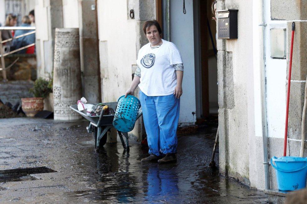 El centro integrado de atención a las emergencias de Galicia gestionó dos decenas de incidencias causadas por la inesperada tromba de agua que afectó a la localidad lucense de Viveiro y que se cobró una víctima mortal, una anciana de 83 años.