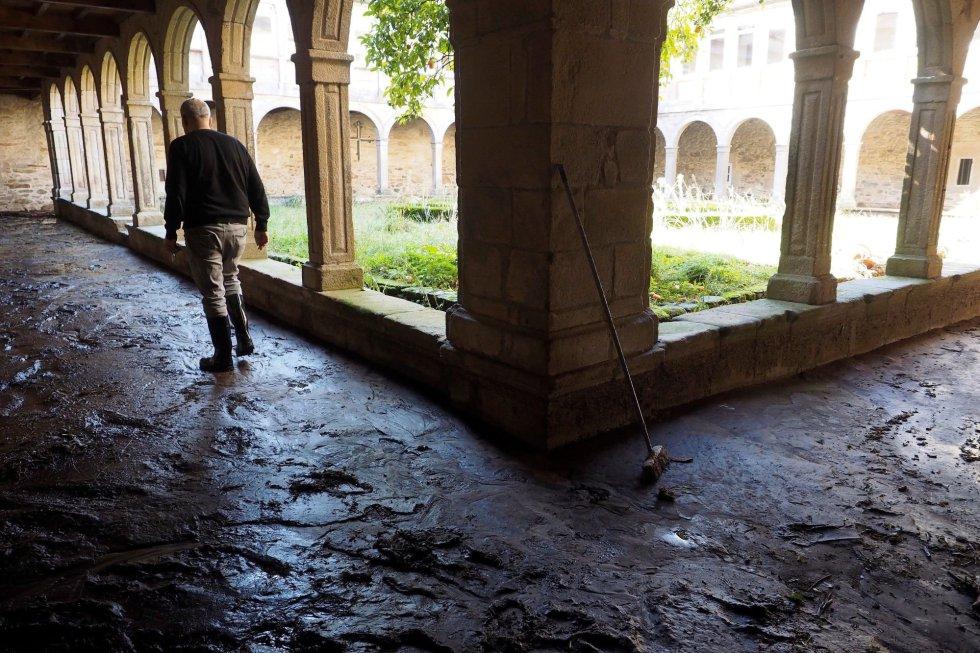 Fotografía del claustro del monasterio de Valdeflores en el barrio de Xunqueiras (Galicia).