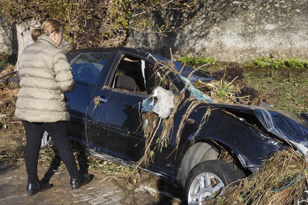 Un coche es destrozado en Viveiro (Lugo) a consecuencia de una trombra de agua, que también ha provocado la muerte de una mujer de 83 años en la localidad.