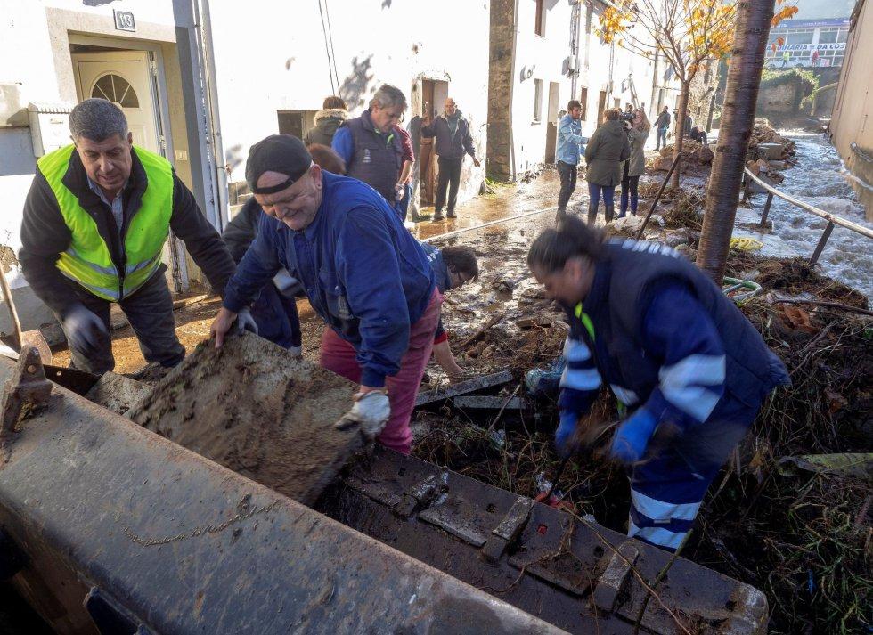 Operarios retiran los restos de lodo y árboles desplazados por la riada que afectó a Viveiro.
