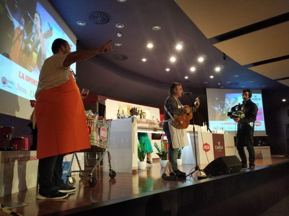 Pepe Begines se animó cantando la Historia de la Papa y Japón, por aclamación popular.