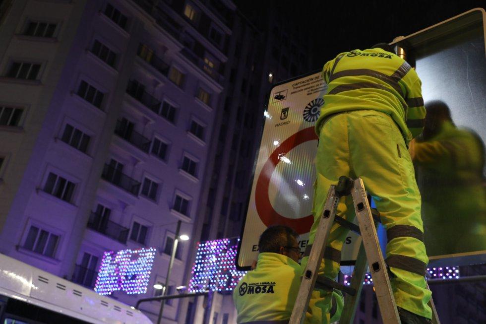 Los operarios preparan los carteles en la víspera de la puesta en marcha de Madrid Central.