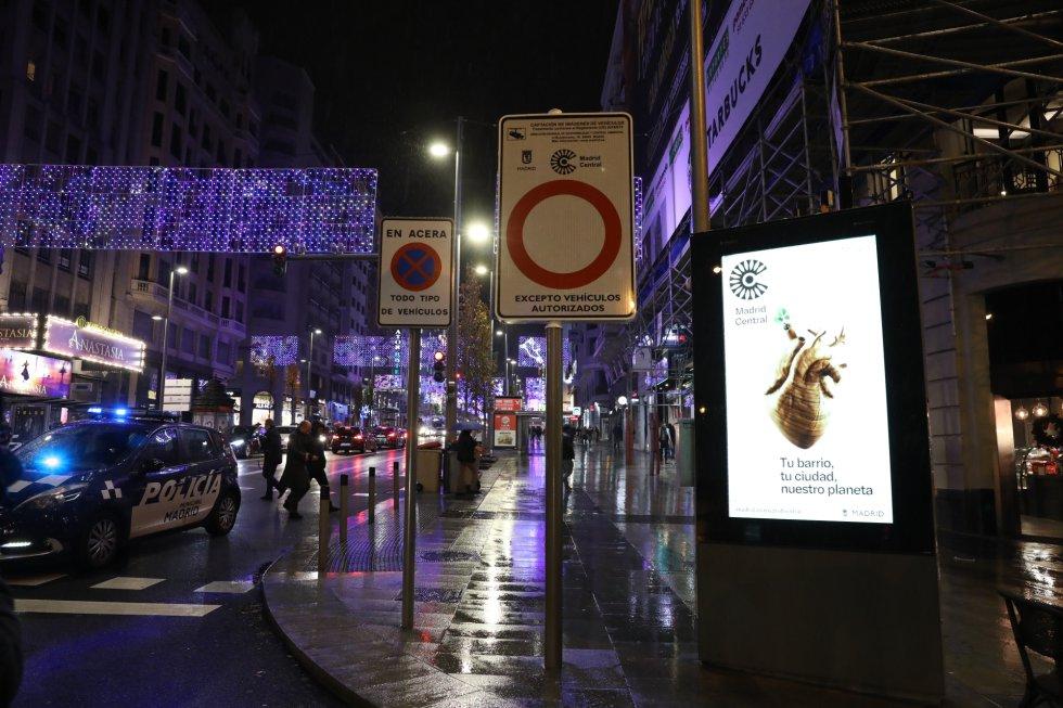 La Gran Vía lucía así en la víspera de la puesta en marcha de Madrid Central.