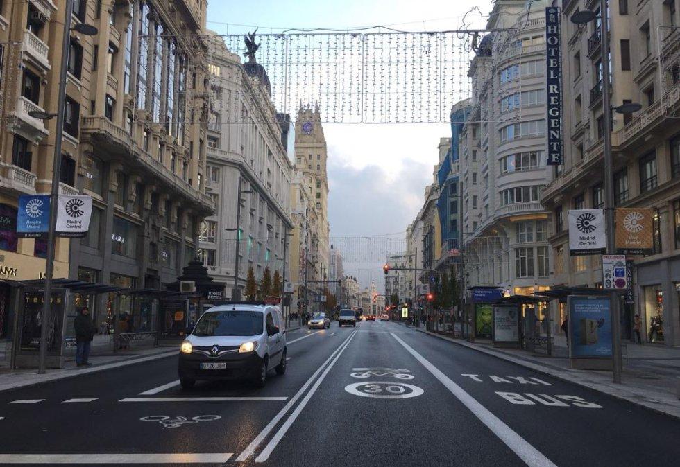 Poco tráfico en la Gran Vía en el primer día de Madrid Central.