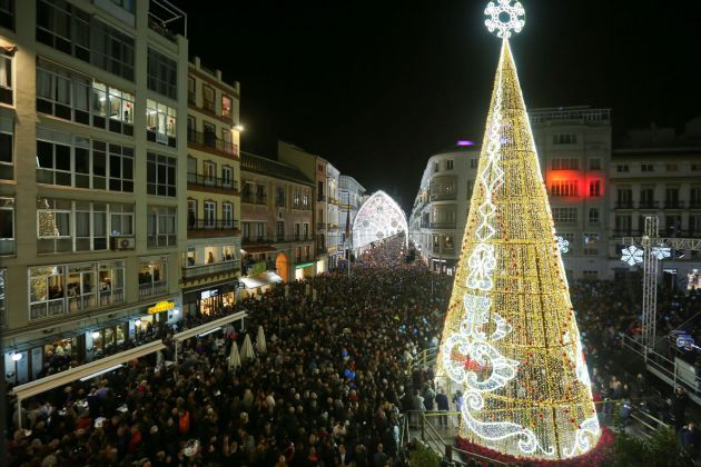 9828e22251c Miles de personas asisten al alumbrado navideño de una de las calles del  centro de la
