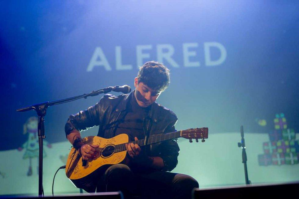 L'Alfred va actuar amb la guitarra signada per tots els artistes